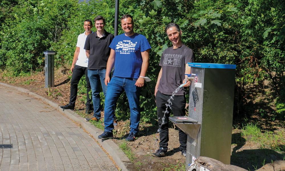 Lars Weigelt, Leon Troche, Matthias Weise und Uwe Adler (v.l.) an der Wasserstelle des Parkplatzes