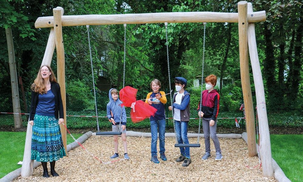 Pfarrerin Zachow (l.) eröffnete mit Kindern den Spielplatz vor dem Ev. Gemeindezentrum.
