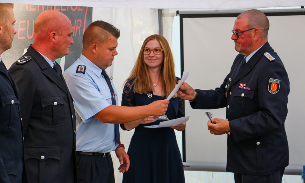 Giese bei seiner letzten offiziellen Amtshandlung als Ortswehrführer, der Urkundenübergabe der Feuerwehrfrauen und -männer, die erfolgreich Weiterbildungsmaßnahmen absolviert haben.