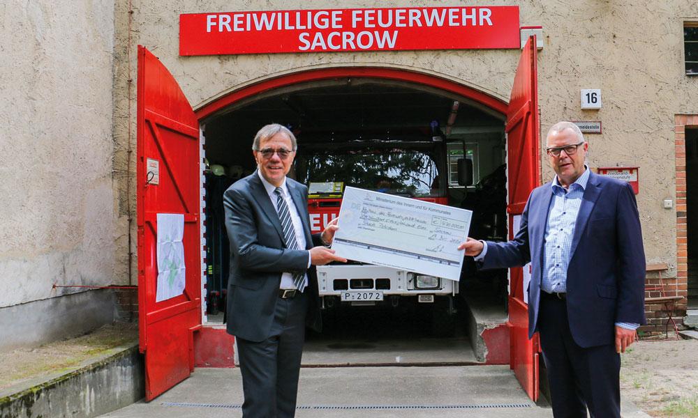 Bürgermeister Exner erhält den symbolischen Scheck von Minister Stübgen