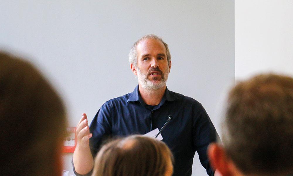 Sebastian Herrmann von der Firma ASTOC Architects and Planners stellte die drei denkbaren Entwicklungsszenarien vor - auf die Frage, warum der Ortsbeirat seine Vorstellungen der Ortsentwicklung nicht vorstellen durfte, hatte auch er keine Antwor