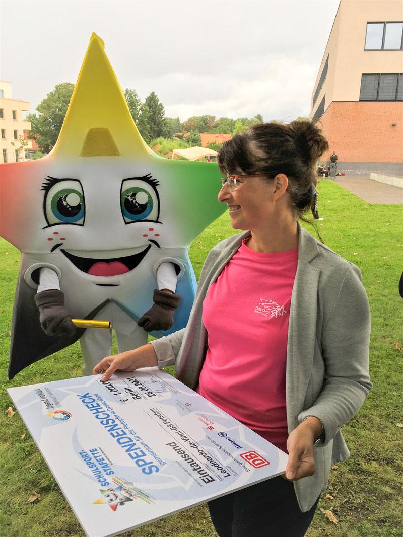 Die Schulleiterin der Leonardo-da-Vinci-Gesamtschule, Kirsten Schmollack, mit dem Spenden-Scheck über 1.000 Euro.