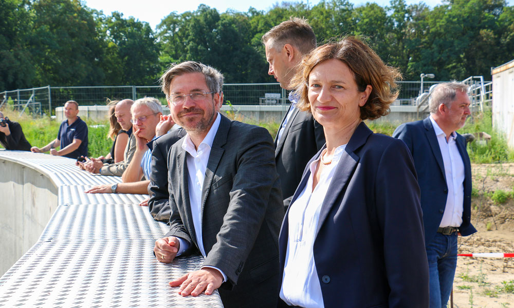 Potsdams Oberbürgermeister Mike Schubert und Sophia Eltrop, Geschäftsführerin der EWP, freuen sich über den erfolgreichen Projektverlauf.