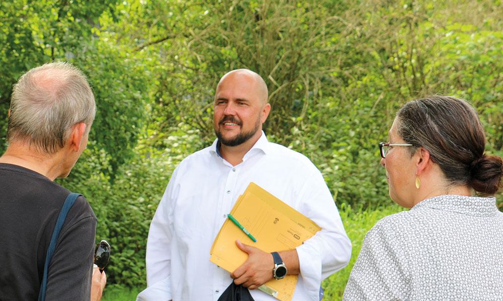 Frank Bewig im Gesprch nach der Veranstaltung mit Mitgliedern des Groß Glienicker Ortsbeirates.