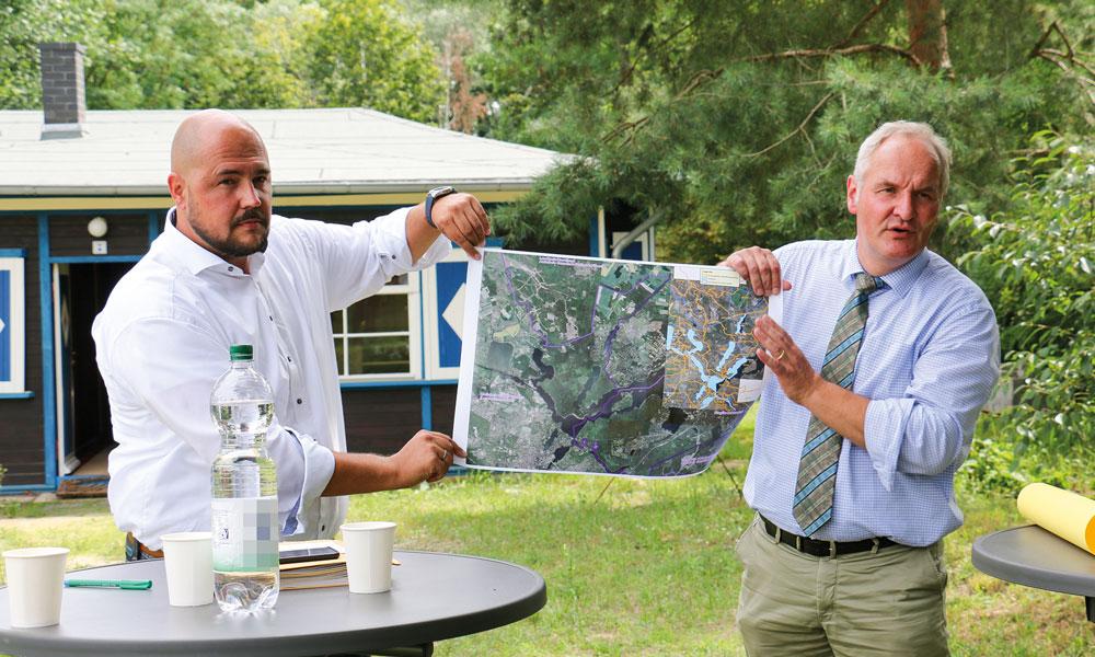 Frank Bewig (CDU), Bezirksstadtrat für Bauen, Planen und Gesundheit und Bernd Rubelt, Potsdams Umweltbeigeordneter, zeigen das große Gebiet um den Groß Glienicke See und den Sacrower See, dem sich beide Seiten annehmen wollen.