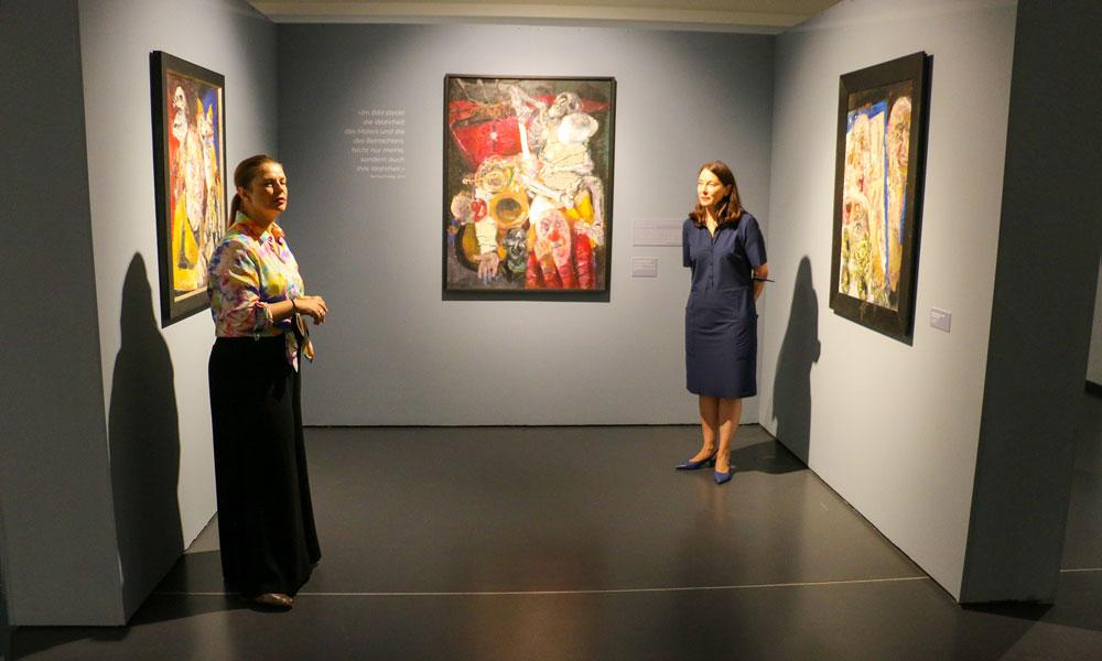 Die beiden Kuratorinnen, Dr. Hendrikje Warmt und Dr. Jutta Götzmann (v.l.) präsentieren die Ausstellung bei der Eröffnung