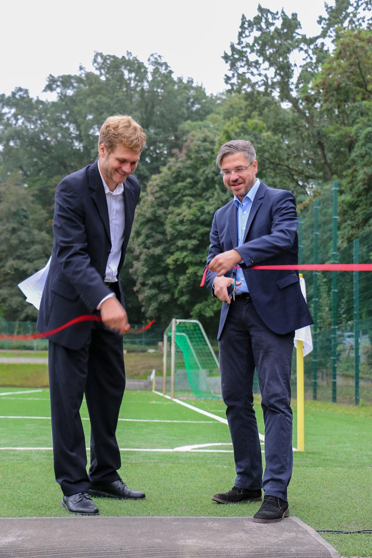 Vereinspräsident Sebastian Stier (l.) eröffnet mit Oberbürgermeister Mike Schubert (r.) den neuen Fußballplatz.