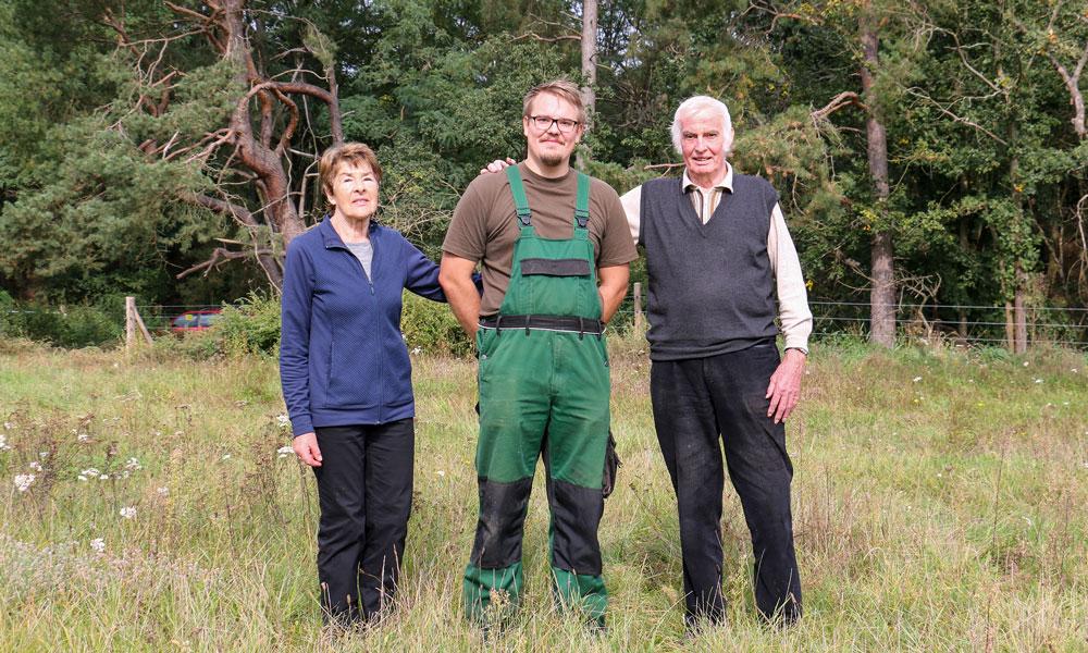 Marc Fechner (MItte) mit seinen Großeltern, Brigitte und Hans-Jürgen Bartel, auf dem gepachteten Pfarracker.