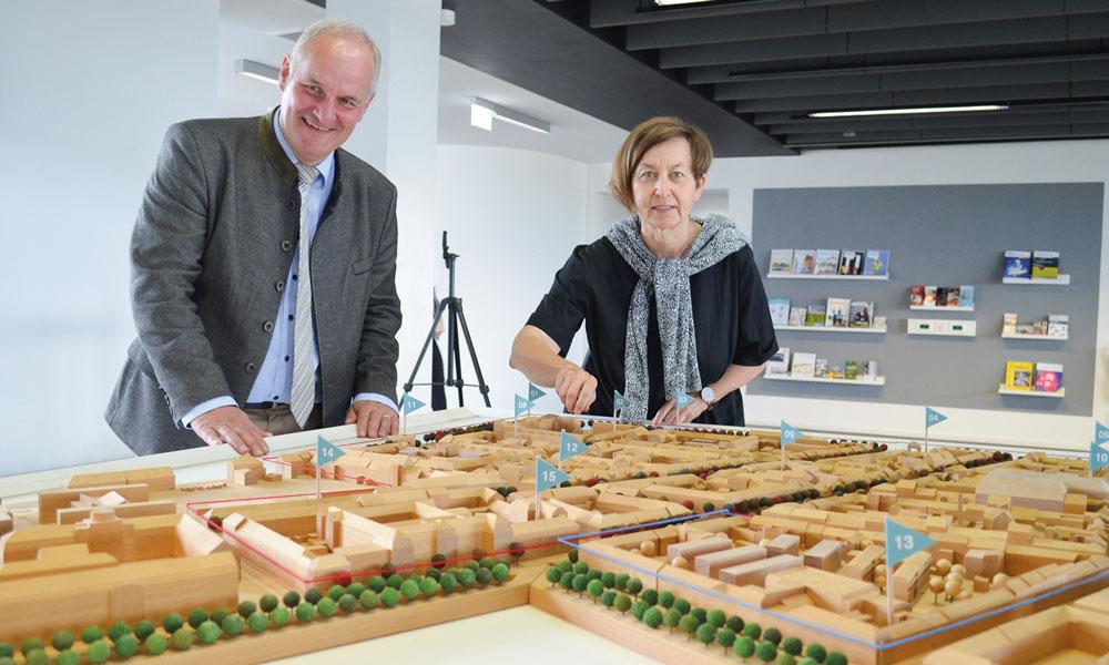 Bernd Rubelt, Potsdams Beigeordneter für Stadtentwicklung, Bauen, Wirtschaft und Umwelt, und Sanierungsträger Potsdam-Geschäftsführerin Sigrun Rabbe eröffneten die Ausstellung.
